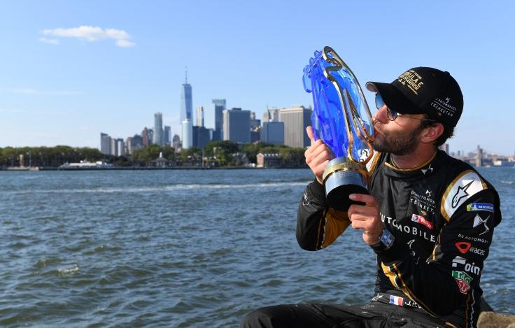 Jean-Éric Vergne (FRA) con el trofeo de campeón / Nueva York, Estados Unidos