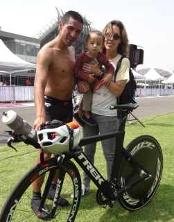 Alan Villanueva con su hijo y esposa